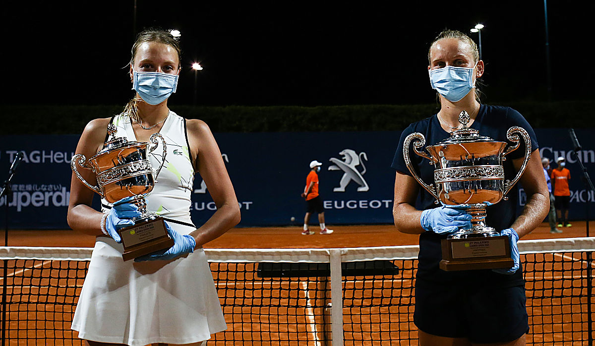 Finalist Kontaveit and champion Ferro cover up for the trophy photos in Palermo Sunday. (Pic: @LadiesOpenPA)
